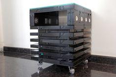 Mesa de canto, ou criado mudo montado com fitas VHS. <br>Tampo de vidro 8mm. <br>4 Rodízios Gel com freio. <br>Posso entregar na grande São Paulo, por favor consulte.