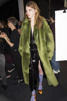 Rochas Fall 2016 Ready-to-Wear Fashion Show Beauty Fur Fashion, Runway Fashion, Fashion Show, Fashion Outfits, Womens Fashion, Fashion Design, Fashion Trends, Street Fashion, Modest Summer Fashion