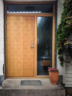 Ekstrands dörr Lidingö 380 i massiv ek #Massivek #Massiv #Ek #Ekstrands #Dörr #Dörrar #Ytterdörr #Ytterdörrar #Sidoljus #överljus #Inspiration #Lidingö Modern Entry Door, Entry Doors, Front Doors, Entryway, Stairs And Doors, Windows And Doors, Door Tags, Facade House, Entrance Hall