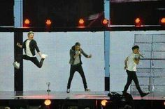 "Niall's jump >>> Liam's jump>>> then Louis' all like ""I'm sassmasta. I ain't gotta jump""<<< but Niall's jump. He can fly I tell you<<<< Mamma told him not to waist his life she said spread your wing my little butterfly"