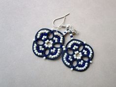 Etsy の Blue and white tatting earrings made in by Ilfilochiaro