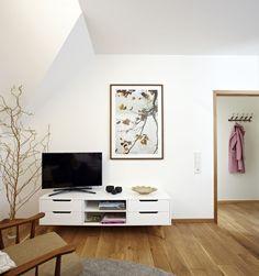 Mały salon, szafka pod telewizor, dekoracje ścienne. Zobacz więcej na: https://www.homify.pl/katalogi-inspiracji/15226/jak-urzadzic-niewielkie-jednopokojowe-mieszkanie