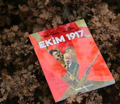 """""""EKİM 1917 TARİHTE BİR KIRILMA NOKTASIDIR..."""" Patrick Rotman, """"dünyayı sarsan"""" günlerin öyküsünü anlatmaya bu cümleyle başlıyor. Benoît Blary'nin resimlediği bu çizgi tarihçe-roman 1917'de Petrograd'da yaşananları yeniden canlandırıyor. Kendiliğinden gelişen eylemler, ateşli söylevler, duraksamalar, devrimci liderlerin farklı tercihleri, sıradan askerlerin ve işçilerin olaylar karşısındaki tavırları Blary'nin çizimlerinde hayat buluyor. Books, Libros, Book, Book Illustrations, Libri"""