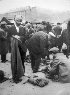 Menachem Kipnis. Market with used clothes in Warsaw. (Jews in interwar Poland)