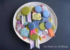 craft project: fabric button brooches - Sania Pell - Freelance Interior Stylist, Consultant and Creative Director, London Diy Craft Projects, Craft Tutorials, Diy Crafts, Diy Buttons, Vintage Buttons, Button Art, Button Crafts, Badge Maker, Fabric Brooch