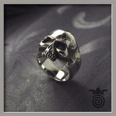 Bague tête de mort , crâne , rock'n'roll ( argent 925 ) - Largeur de l'anneau = 15 mm - Poids = 16 grammes environ ( Référence HBAG_071 ) - 120.00 € TTC ( + 10.00 € TTC de frais d'expédition )