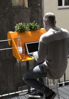 Se il balconcino è piccolissimo, ecco un allegro ripiano arancione per il PC e per le piantine