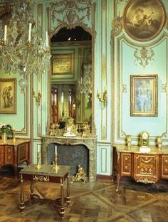 Decor on Shows - Wood paneling Paris France . Specializes in antique wood paneling as well as the reproduction of paneling. The craft of Boiserie.