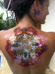 incredible, it looks like the colors are coming from inside her skin...    Serena Scaglione  http://www.facebook.com/Serenadoodlbug