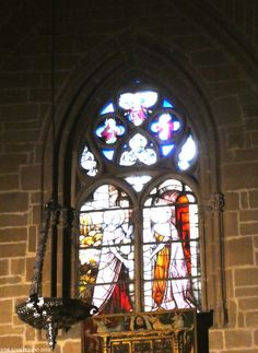 Catedral de Pamplona.  Vidriera representando la Visitación de Santa Isabel a la Virgen María.  Cathedral of Pamplona  Cathedral of Pamplona.  Stained glass window depicting the Visitation of St. Elizabeth to the Virgin Mary.