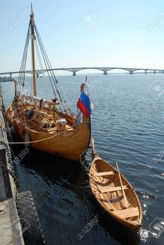 Viking House, Viking Life, Cool Boats, Small Boats, Viking Longship, Norwegian Vikings, Old Sailing Ships, Boat Building Plans, Viking Ship