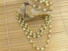 colar envelhecido,feito inteiro com cristais amarelo.