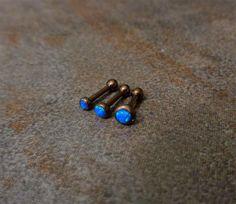SET von 3 erhalten Sie Hanteln 2mm, 3mm, 4mm Titan nur so stark wie ist Stahl, aber wiegt etwa die Hälfte. Darüber hinaus ist Titan ein Material korrosionsbeständig und hypoallergen. Das Metall wird daher nicht auf endogene Substanzen reagieren und allergische Reaktionen sind auf ein Minimum begrenzt. Titan ist etwas teurer als Stahl, es ist zwar ein perfektes Material für piercing Schmuck und co enthält Nein Nickel Bronze Farbe eloxiert blau Opal Helix Knorpel Ohrringe 1/4 insgesamt 3 H...