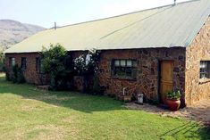 Sunbird Cottage and Sunbird House are situated on the farm Glen Athol between Volksrust and Wakkerstroom. We offer a chance to get away from it all on a working farm offering unsurpassed views of the surrounding mountains including the famous battlefields of Majuba. Click on pic to see more. Cottage Homes, Cabin, Mountains, House Styles, Outdoor Decor, Home Decor, Decoration Home, Room Decor, Cabins