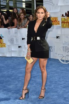 Jennifer Lopez sexy legs and lovely cleavage in a short revealing dress and high heels Jennifer Lopez Photos, Jennifer Lopez Legs, Girls In Mini Skirts, Sexy Legs And Heels, Mtv Movie Awards, Elegantes Outfit, Beautiful Legs, Sexy Hot Girls, Sexy Outfits