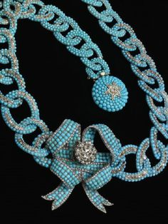 BELLE ÉPOQUE TURQUOISE & DIAMOND BOW NECKLACE | c.1845-50 (Necklace) & c.1860 (Bow) | Unknown maker, England | L: 51.5 cm [unclasped]; H: 5.8 cm; W: 1.7 cm; Dia: 20.5 cm | Gold, round Russian turquoises, rose- & brilliant-cut diamonds| necklace of 28 gold links, central bow [a later add] & boss-shaped clasp pavé-set w/round Russian turquoises & rose- & brilliant-cut diamonds | Cory Bequest c.1951 | Victoria & Albert Museum, London |