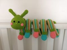 Haakpatroon Kronkelbeestje Rups, lees meer over dit patroon op Haakinformatie Crochet Baby Mobiles, Crochet Baby Toys, Crochet Bunny, Crochet Patterns Amigurumi, Cute Crochet, Crochet Animals, Crochet For Kids, How To Make Toys, Baby Rattle