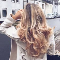 blown-out curls for blondes | Skirt the Ceiling | skirttheceiling.com
