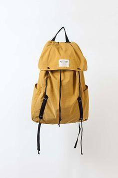 バッグブランド、ワンダーバゲージ(WONDER BAGGAGE)から、ドローコードに纏わる機能が特徴的な新作バッグ2型が登場する。左)「Draw String Pack」11,000円+税 右)「D...
