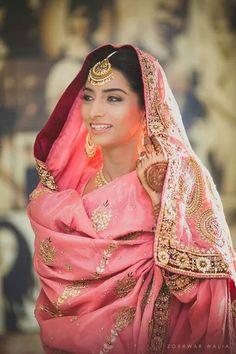 Traditional Indian bride wearing bridal lehenga, jewellery and hairstyle. Punjabi Bride, Pakistani Bridal, Punjabi Wedding, Sikh Bride, Bridal Lehenga, Bride Groom, Bride Indian, Indian Groom, Punjabi Suits