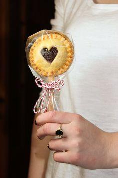 Pie Pops - cake on a stick - Backen Kekse - Pie Pops, Valentines Food, Valentine Treats, Pie Crust Designs, Mini Pies, Cute Food, Pop Tarts, Kids Meals, Cake Decorating