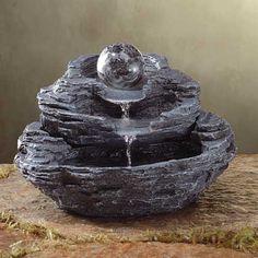Fonte de água. O barulhinho da água caindo já dá uma paz e calmaria, e o melhor, a água fresca que corre ali ajuda a refrescar o ar do ambiente. Oh, delícia