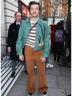 Harry Styles Wears Second Gucci Handbag This Week Girl Outfits, Cute Outfits, Fashion Outfits, Harry Styles Clothes, Harry Styles Fashion, Oufits Casual, Evolution Of Fashion, Harry Styles Imagines, Mr Style