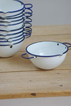 Set of bowls, with handles.