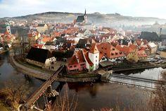 Nat'l Geographic. Czech Republic. チェコ・南ボヘミア州の「チェスキー・クルムロフ」(世界遺産)の霧に煙った街並み。2013年12月25日の午後に撮影された。