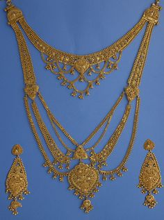 22k Gold Ranihaar set The Ranihaar set is normally worn by the bride on the wedding day. The long necklace decorates the neck to the stomach. The top part of the necklace is detachable whereby it can be worn by itself. #22k, #22k Gold, #22k gold necklace, #22k gold set, #gold, #gold set, #Rani haar, #Ranihaar, #dangling earrings, #chandelier earrings,