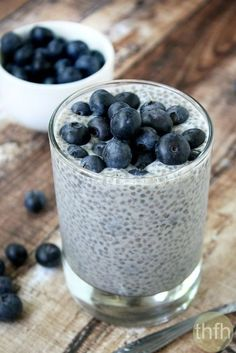 Clean Eating Vanilla Bean and Blueberry Chia Pudding.made with only 4 clean ingredients and it's raw, vegan, gluten-free, dairy-free, paleo-friendly and contains no refined sugar The Healthy Family and Home Healthy Vegan Dessert, Healthy Treats, Vegan Desserts, Healthy Eating, Healthy Lunches, Healthy Food, Vegan Food, Raw Vegan Breakfast, Eating Fast