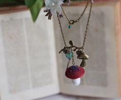 Colgante seta rojo oscuro/ burdeos inspirado en la naturaleza y cuentos de hadas. Collar con pequeño hongo de lana y charms.