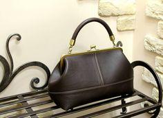 Под заказ в любых цветовых решениях. Размер рамки: 25 см Высота: 18 см Дно: 30 х 13 см По желанию ремешок или цепочка.  #helikabags #handmade #handmadebag #bags #leatherbags #leather  #leathercraft  #bagshandmade #сумка #сумканазаказ #работаназаказ #сумкамосква #купитьсумку #натуральнаякожа #детали #процесс #минисумочка #сумочканафермуаре #midi #midibags #reticule #bagsfordays #newhandbag
