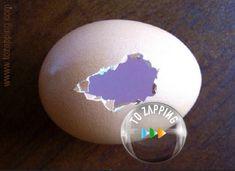 Adornos De Navidad Hechos Con Huevo - Tozapping.com Christmas Bulbs, Eggs, Holiday Decor, Glue Sticks, Glue Guns, Craft Tutorials, Christmas Crafts, Egg, Egg As Food