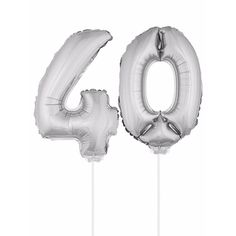 Zilveren opblaas cijfer 40 op stokjes. Beide ballonnen zijn ongeveer 41 cm. Door middel van de ballonstokjes kun je de cijfers in een zachte ondergrond plaatsen. De ballonnen zijn alleen geschikt voor lucht.