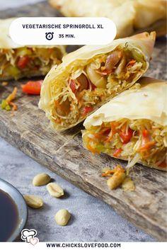 Opzoek naar inspiratie voor een origineel vegetarisch recept? Maak dan  deze springroll XL. Het knapperige filodeeg zit vol met verse groentes  en bijpassende glasnoedels. Een beetje soya saus, en dit gerecht is  helemaal compleet! #vegetarischerecepten #springroll #loempia  #lekkererecepten #makkelijkerecepten #glasnoedels Meat Recipes, Asian Recipes, Dinner Recipes, Cooking Recipes, Ethnic Recipes, Healthy Snacks, Healthy Recipes, Spring Rolls, Appetisers