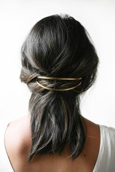 Gold hair accessories are now on trend - trend hairstyles style - Haarschmuck - Hairdos Ideas Up Hairstyles, Pretty Hairstyles, Wedding Hairstyles, Banana Clip Hairstyles, Holiday Hairstyles, Hairstyle Ideas, Hairstyle App, Beehive Hairstyle, Brunette Hairstyles