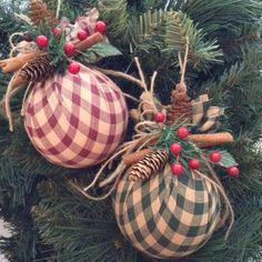 Décoration de Noël ornements - lot de 2 - menage tissu Noël ornements - fait à la main et Design en tissu de Bure - vert et rouge - avec des pommes de pins petite, bâtons de cannelle et de fruits rouges. Merveilleux pour une décoration de Noël vintage, classique... Couronne, guirlande, escalier, cheminée, accessoires, cadeaux et plus... La mesure de ces ornements de tissu de Noël ronde est de : 4 pouces de diamètre (rond) Visitez ma boutique pour plus de variété... Profitez !!! craftsbyb...