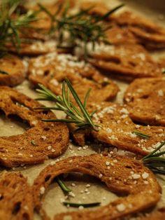 Brotchips backen mit selbstgemachten Kräutersalzen - Rezept