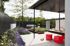 Tuintrends 2013  Design met bijzondere planten    Tuintrends 2013 Groen & zinnenprikkelend    De tuintrends zijn opvallend groen en geven ruim baan aan bijen, vlinders en andere insecten. Laat je verrassen en inspireren!    De tijd van de grotendeels betegelde tuinen loopt ten einde. Het mag allemaal weer groener en natuurlijker. De tuin is er vooral om te ontspannen en te genieten – en waar kan dat nu beter dan in het groen?     http://www.wonenwonen.nl/tuintrends/tuintrends-2013/5551