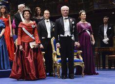 STOCKHOLM - De Zweedse koninklijke familie was donderdag 10-12-2015 in vol ornaat te bewonderen tijdens de uitreiking van de Nobelprijzen. Koning Carl Gustaf reikte de prijzen uit, zijn hele gezin woonde de plechtigheid bij.