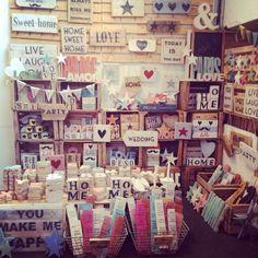 Atelier vintage 50 es una tienda online con carteles de madera con aroma vintage. También mobiliario, cabeceros, cubos de zinc, cestas de mimbre, farolillos, botes de farmacia, lámparas, todo un mundo de objetos de decoración muy especiales.