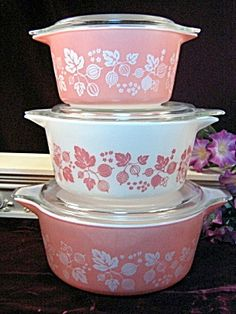 Vintage Pink Pyrex I m a loven these:)& I'm usually not a pinky. Vintage Kitchenware, Vintage Dishes, Vintage Glassware, Vintage Items, Vintage Dinnerware, Pink Pyrex, Pink Dishes, Pyrex Bowls, Everything Pink