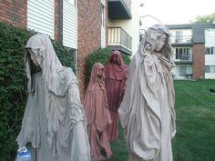 how to make statues Halloween School Treats, Halloween Graveyard, Halloween 2015, Halloween Projects, Halloween House, Holidays Halloween, Scary Halloween, Halloween Decorations, Halloween Party
