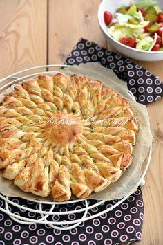 Pikantna przekąska z ciasta francuskiego w kształcie słońca (a może kwiatka ;)). Ciasto francuskie przełożone jest serkiem kremowym i wędzonym... Appetizer Salads, Appetizer Recipes, Quiches, Homemade Pastries, Seafood Dishes, Savoury Cake, Tasty Dishes, Finger Foods, Italian Recipes