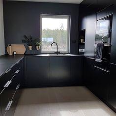 Bathtub, Kitchen Cabinets, Cottage, Black Love, Interior, Home Decor, Standing Bath, Bathtubs, Decoration Home