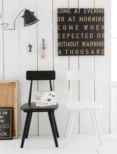 Dieser formschöne Stuhl im Landhaus Stil ist einem schwedischen Klassiker nachempfunden. Der Stuhl im hübschen Skandinavien Style passt perfekt in ein modernes Ambiente und lässt sich wunderbar mit einer Vielzahl von Tischen kombinieren. Dabei ist ganz egal ob aus Naturholz, einer bunt lackierten Oberfläche oder aus Metall - der feine Stuhl im Retro Look ist kompatibel und hat das Zeug zum Lieblingsmöbel. Der Holzstuhl aus massiver Buche ist in weiß oder schwarz gestrichen (sichtbarer…