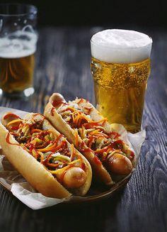 Beer and hotdog Hot Dog Buns, Hot Dogs, Foto Still, Craft Bier, Pub Food, Cinemagraph, Beer Recipes, Gourmet Recipes, Food Presentation