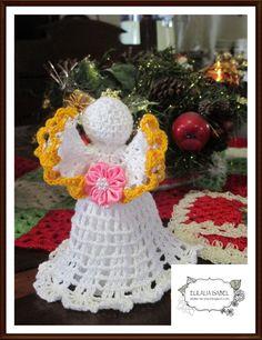 angelito tejido a crochet en hilo blanco.