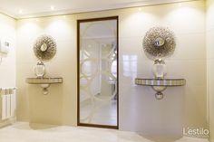 Entrada con revestimientos de madera en color marfil y acabado de alto brillo. Art Deco, Ideas Para, Sconces, Wall Lights, Home Decor, Big Mirrors, Ivory, New Trends, Sparkle